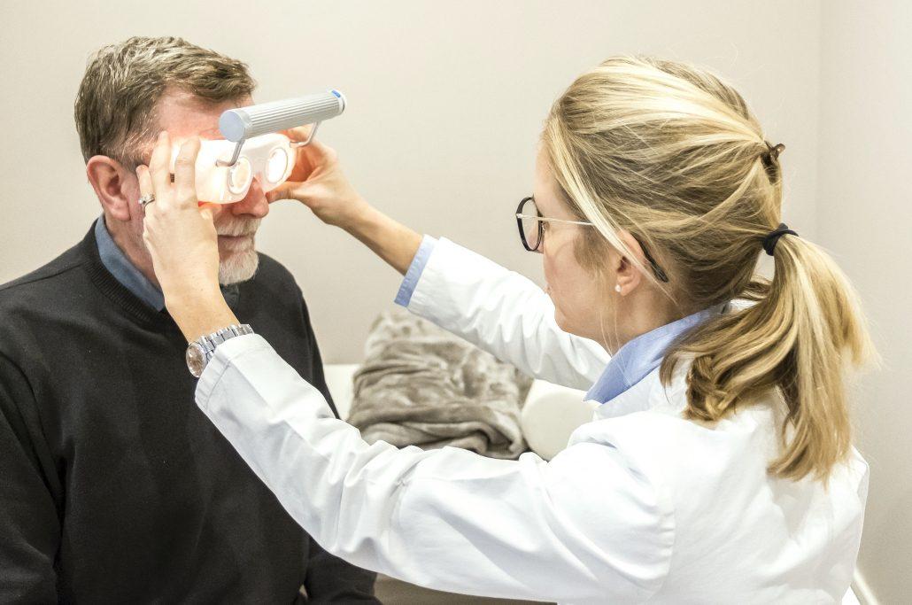 Untersuchung auf Schwindel mit Nystagmusbrille, Frenzelbrille
